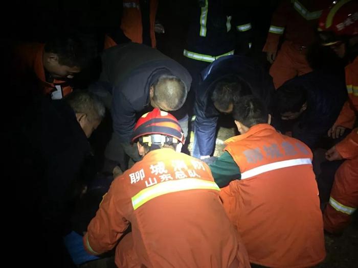 阳谷一货车翻车漏油司机被困 众人合力抬车成功救援