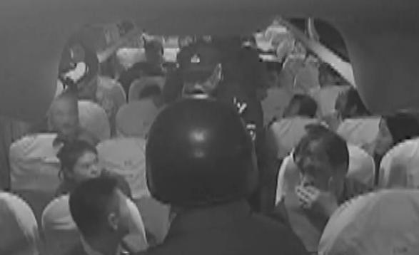 90秒|大巴车上藏了杀人嫌犯 青岛司机绕路半小时开进警方包围圈