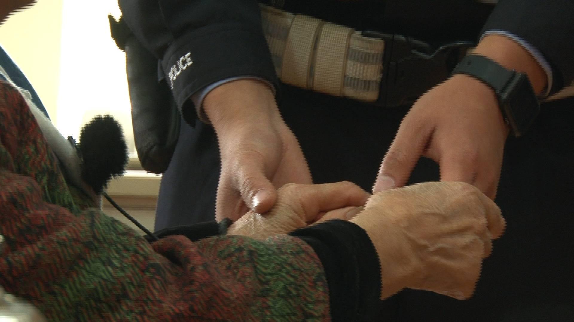 济南交警牵手8旬老太送她回家,老太太:他的手真的很暖和