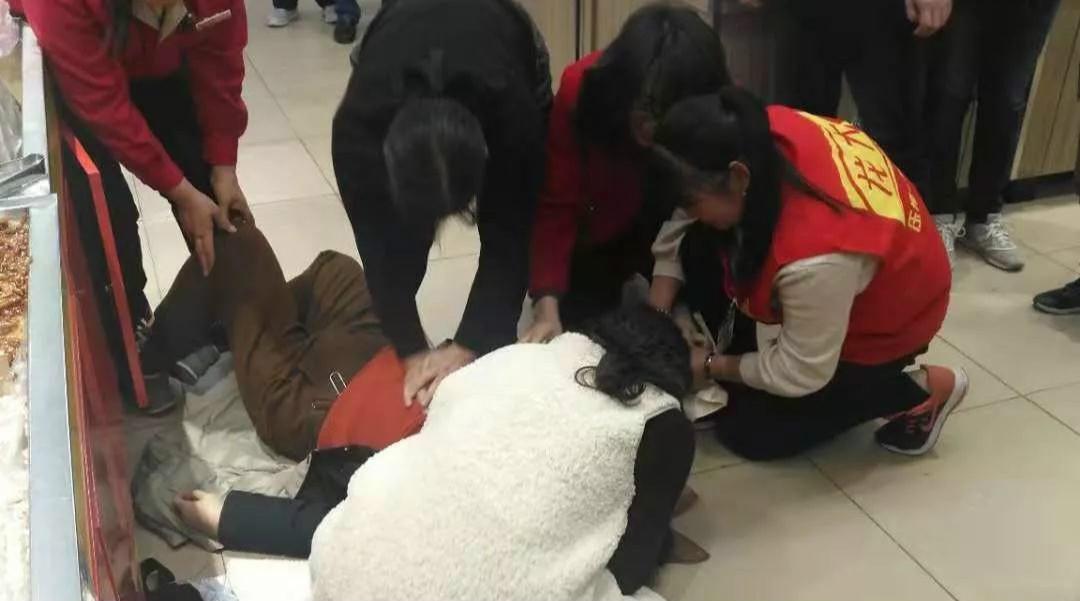 潍坊:一女士超市内晕倒 众人伸援手施救