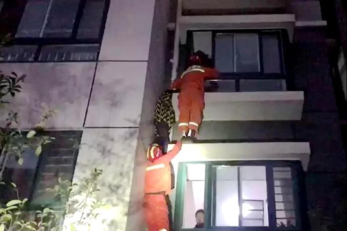 聊城一男孩跳窗被困三楼外 消防员托举10分钟成功营救