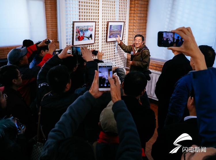大赛作品专家评审组组长、世界华人摄影家联盟副主席、山东摄影家协会名誉主席侯贺良在展览现场点评作品.jpg