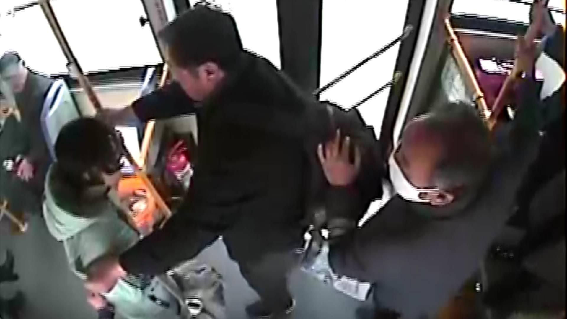 50秒丨临沂一乘客突发疾病晕倒 司机与众人联手相助