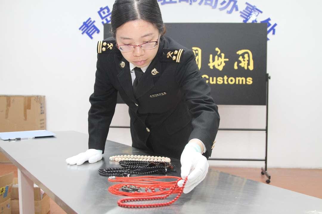 青岛海关截获违规进境红黑珊瑚饰品