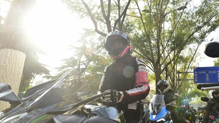 百名女摩托车骑士骑车巡游济南 宣传绿色出行方式