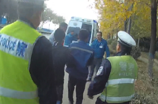 邹城男子断指需救治 民警喊话开路20分钟抵达医院