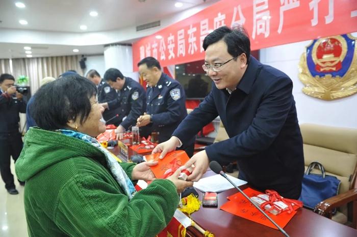 25秒|聊城东昌府警方召开退赃大会 返还群众现金130余万元