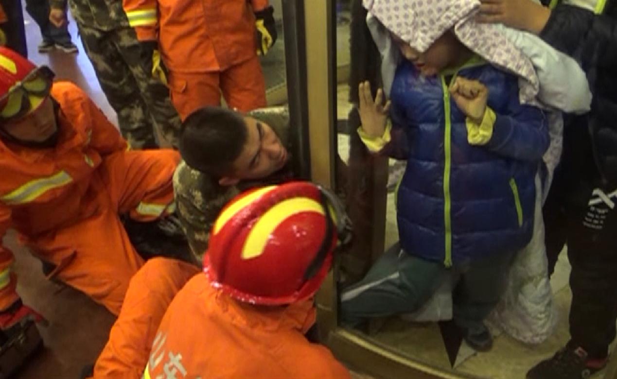 """23秒丨淄博一男孩被旋转门夹住腿 消防员化身""""暖心叔叔""""营救"""