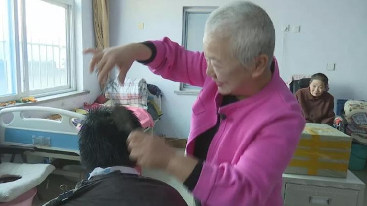 """做义工15年!滨州一普通保洁员 学生拿她当""""妈妈"""""""