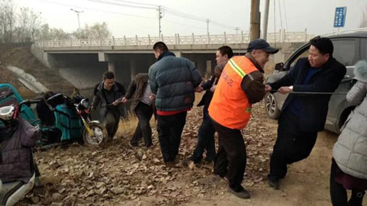 36秒丨大雾致视线受阻菜农连人带车坠河 滨州村民合力施救