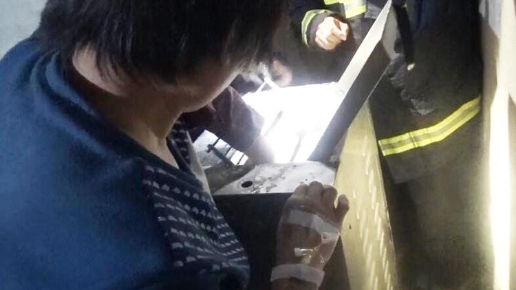 38秒丨新泰一女子凌晨做面点手绞入机器 消防破拆救援