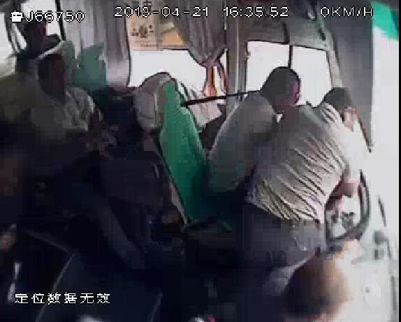 未到站下车遭司机拒绝 男子抢夺方向盘被判三年