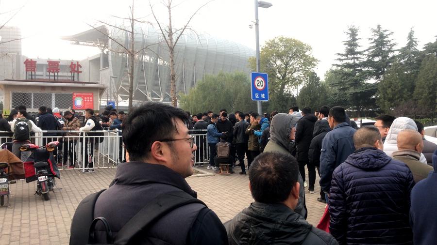 鲁能球迷超300人排队购票 凌晨四点已有球迷等候