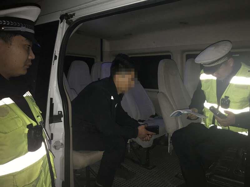 真胆大!淄博一司机无证酒驾上路 还在车里睡着了