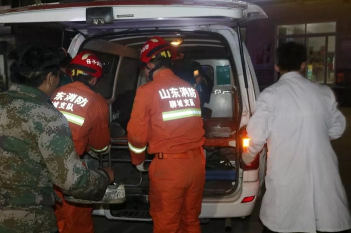 105国道三车相撞一名司机被困 聊城消防紧急救援