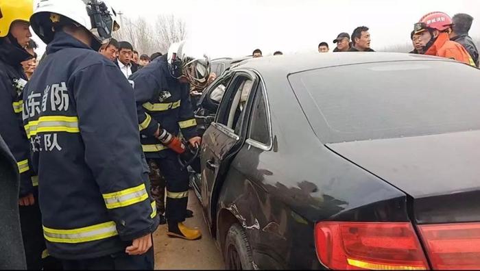 聊城一奥迪车与货车相撞司机被困 消防10分钟破拆成功救援