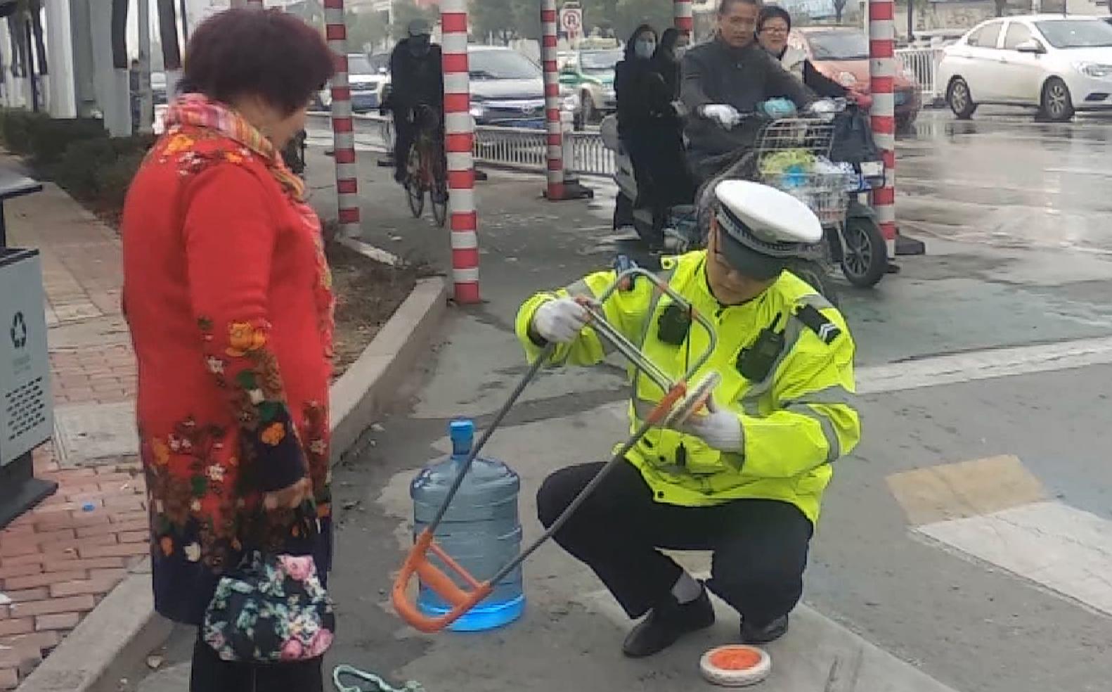 """55秒丨暖心!枣庄一交警变身""""修车工""""市民感动直点赞"""