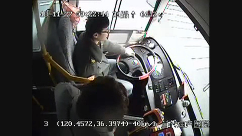 青岛女乘客玩手机错过公交站 竟掌掴司机怒怼乘客