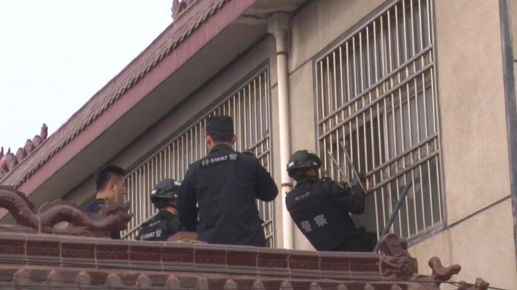 75秒丨母亲发病拿刀挟持亲儿子临沂警方破窗将孩子救出