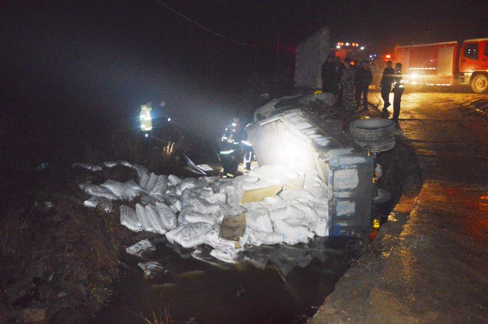 新泰:货车满载水泥翻入河沟 驾驶员被困河水漫过大半身子