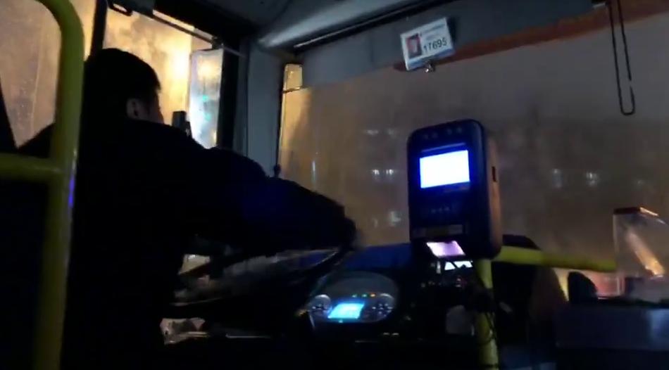 72秒 | 济南公交小哥下雨天用歌声暖心 网友怒刷好感:被耽误的歌手