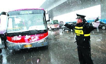 不畏雨雾坚守一线 济南交警全力保障恶劣天气下城市道路安全畅通