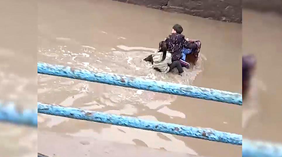 """45秒丨菏泽巨野仨""""熊孩子""""被困立交桥下积水中 巡逻民警跳水救人"""