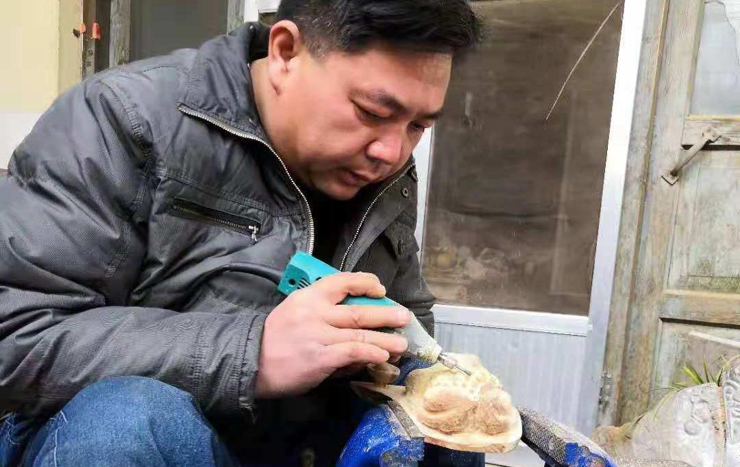 33岁入门以青蛙荷叶为师 沂源小伙身残志坚雕刻梦