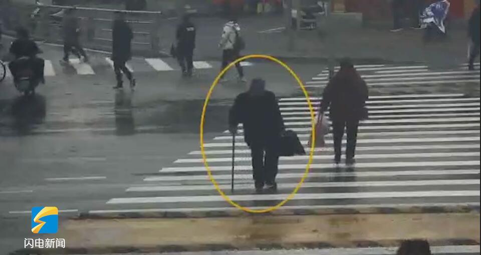22秒丨暖心!济南七旬老人过马路遇变灯 警车默默在其身后保护