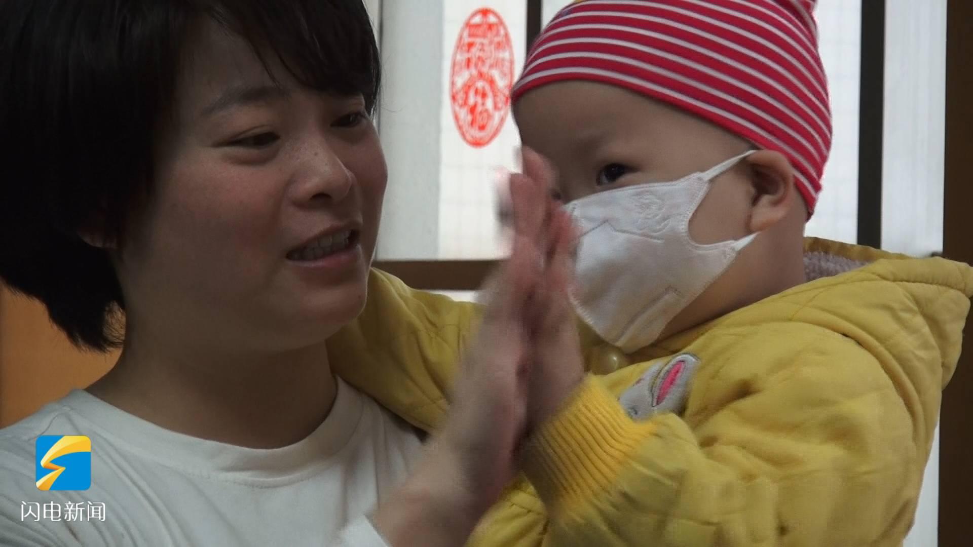 """79秒丨济南""""袋鼠妈妈""""背起2岁病娃送外卖 背后故事令人泪目"""