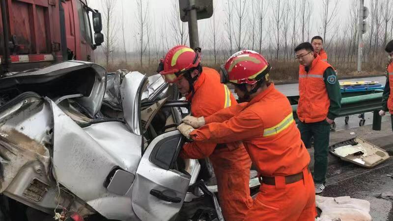 高唐:雨雪天气两车相撞酿车祸 消防紧急救援