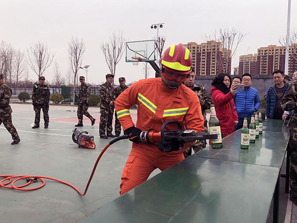 """18家驻淄博媒体走进消防支队 近距离接触""""逆火英雄"""""""