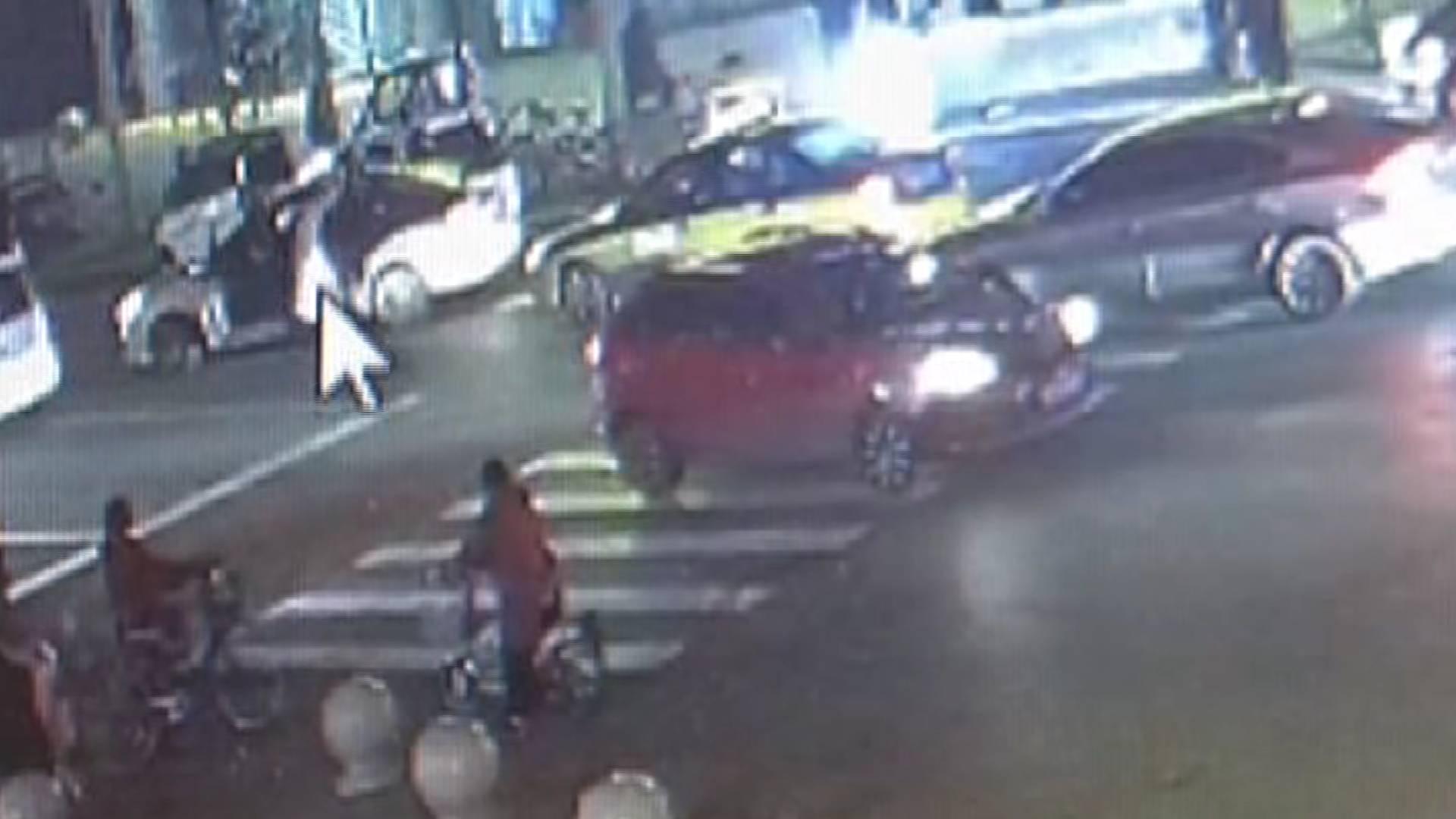72秒|济宁一对男女当街上演全武行 暴打出租司机