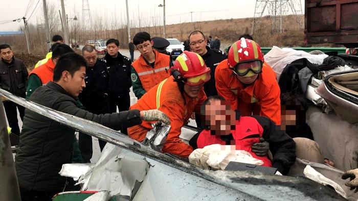 雨雪天气货车与轿车相撞两人被困 聊城消防紧急救援