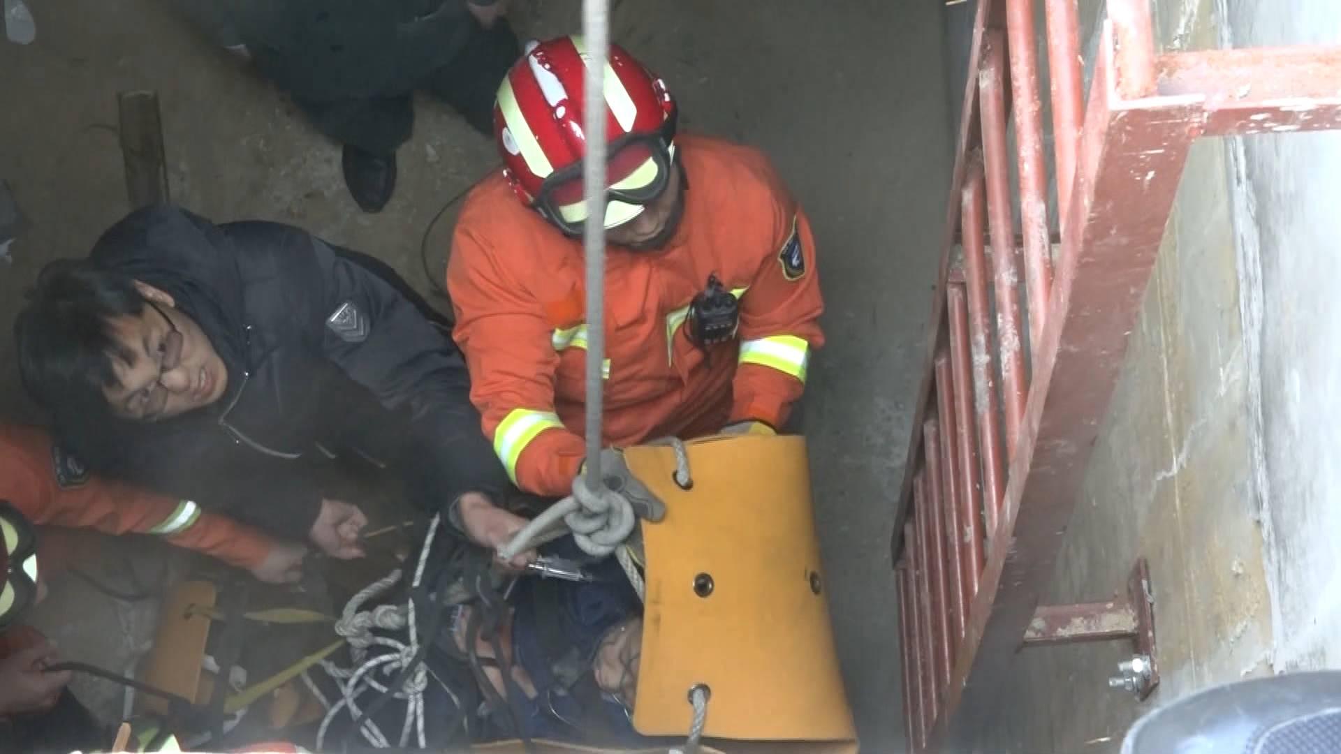 75秒|惊险!威海一学生坠井昏迷 消防紧急营救
