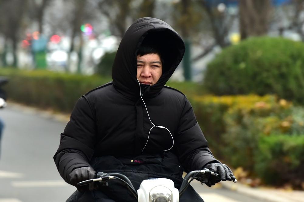"""寒流来袭! 济南市民出行包裹像""""粽子"""""""