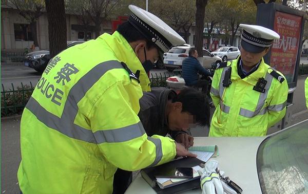 """淄博:无证驾驶怕被罚 """"戏精""""驾驶员先装路人后报假名"""