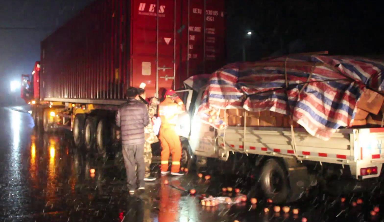 30秒丨雪天路滑!潍坊两车追尾司机被困 半小时才救出来