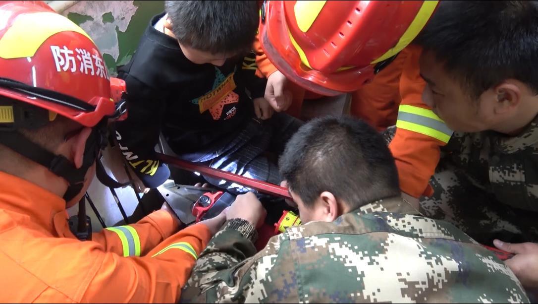 男孩手卡暖气片 烟台消防紧急救援