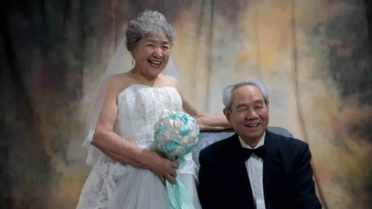 老照相馆的光阴故事:夫妻走过70载 幽默回应婚姻长久秘诀