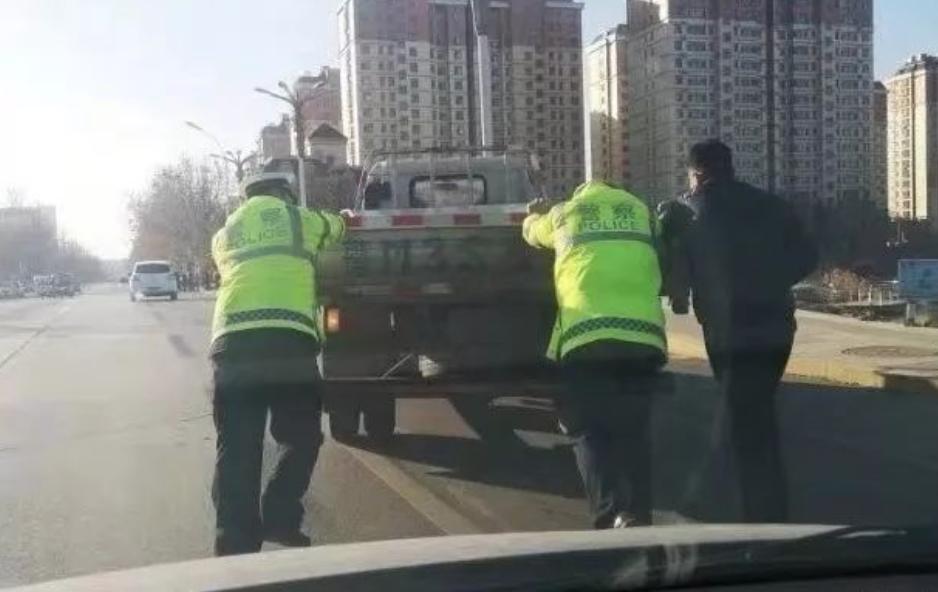 """暖心!惠民一车辆抛锚路中间 交警化身""""推车哥"""""""