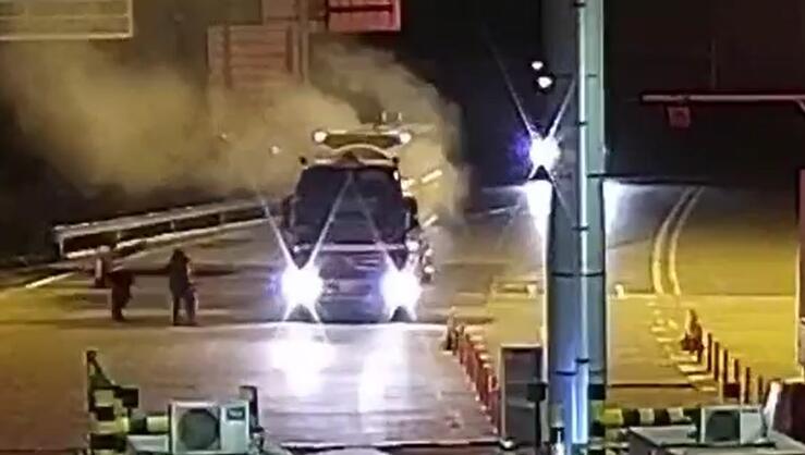 26秒|惊险!一辆危化品车辆冒着烟驶入了收费车道