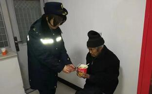 七旬老人寒夜迷路 京沪高速临沂站员工热心救助
