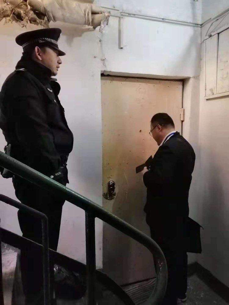 老赖家属抱煤气罐威胁被带走 青岛市南法院强迁一处执行变卖房屋