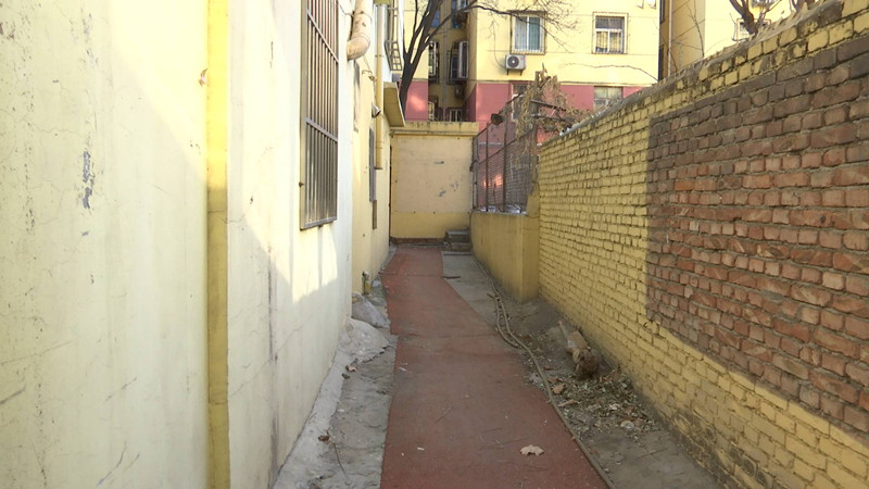 济南有处十几年的违建 堵塞消防通道楼间距最窄只有1米多