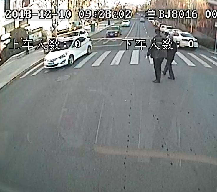 点赞!盲人过马路受阻  青岛热心公交司机伸援手