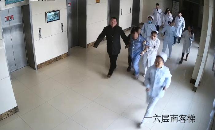 47秒|患者爬上16楼窗台欲轻生 女护士拼命救人自己却受伤