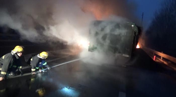 48秒|高速上运煤货车自燃起火 聊城消防紧急扑救