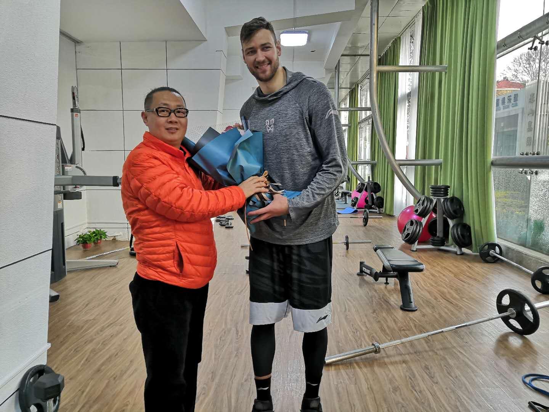 山东男篮球迷探望受伤外援 莫泰:正在康复尽快回归