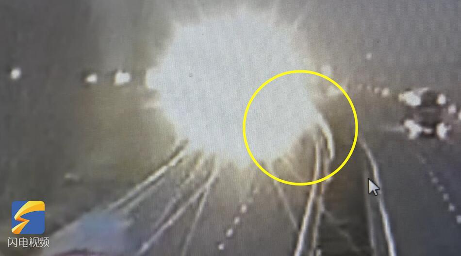 43秒丨菏泽一老人高速路上徒步逆行,10分钟后被撞身亡